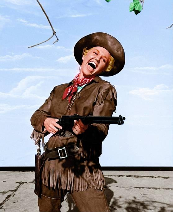 Zpívala také vewesternu Calamity jane (1953).