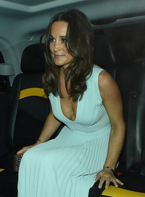 Už při příjezdu bylo jasné, že Pippa Middleton zvolila sexy outfit.