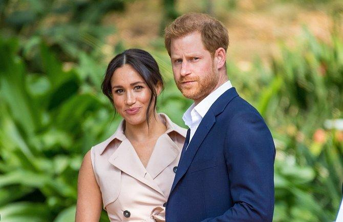 Zdroj blízký britské královské rodině uvedl, že Meghan naučila prince Harryho hrát roli nevinné oběti.