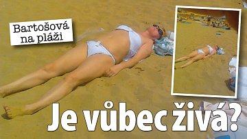 """""""Ivetka včera na pláži, byla šťastná a ve vodě,"""" napsal k této fotce Zdeněk Macura. Bartošová ale spíš vypadá, že jí někdo natáhl plavky (dolní díl má naruby) a na pláž ji dotáhl."""