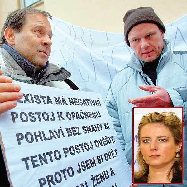 Kvůli feministce Lence Pavlové (ve výřezu) demonstrovali otcové před ministerstvem práce a sociálních věcí.