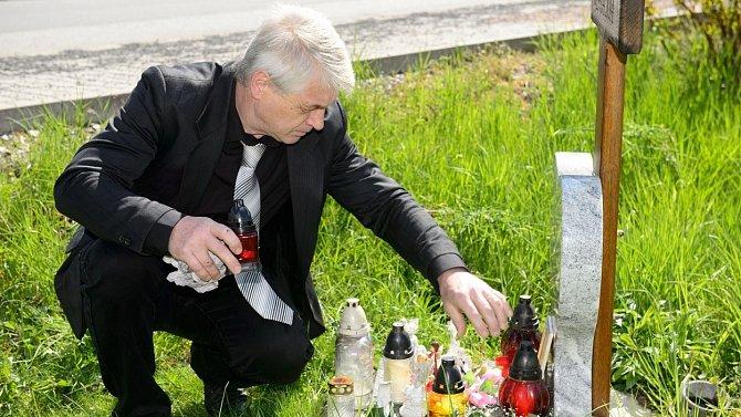 Tragickou sebevraždu zpěvačka spáchala v den narozenin svého manžela Josefa Rychtáře, který její smrt dodnes oplakává.