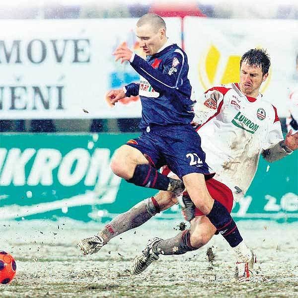 Exsparťan Abraham (vlevo) může být v klidu, jeho Slavia dál vede ligu.