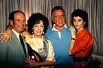 Popletené páry? Kdepak, Elizabeth iRichard si drží tehdy aktuální partnery. Herec objímá manželku Sally Hayovou, slavná kráska zase snoubence Victora Lunu.