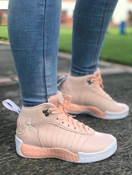Tenisky jsou sice obuv, kterou by dáma moc nosit neměla, ale v botníku nesmí chybět.