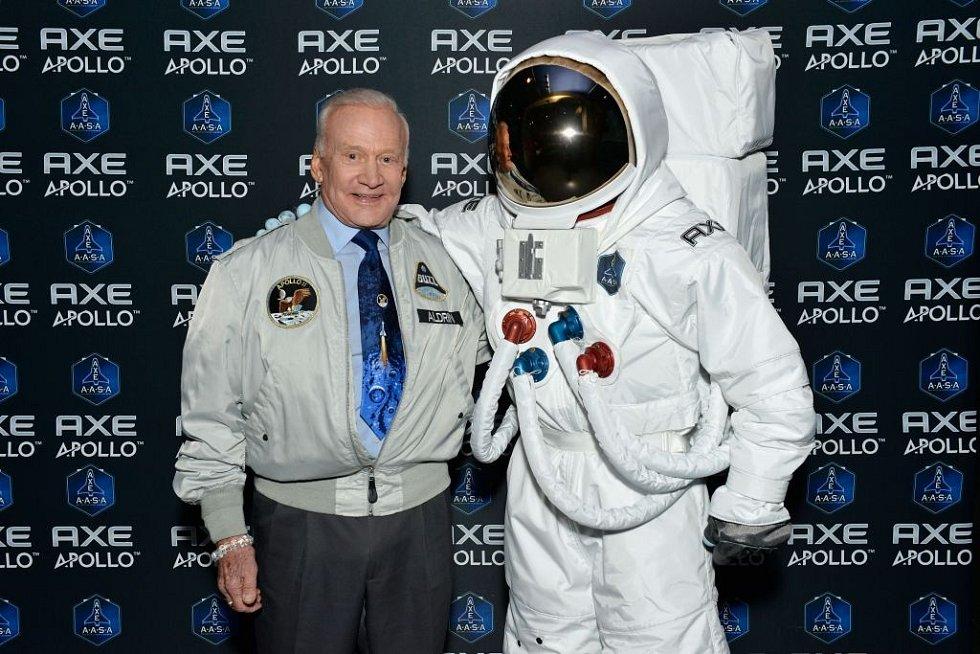 Buzz Aldrin, legendární astronaut a druhý muž, který stanul na Měsíci, soukromým letům do vesmíru fandí.