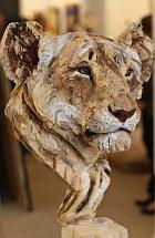 Realistické sochy ze dřeva vytvořené motorovou pilou.