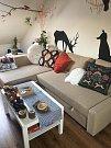 Obývací pokoj působí opravdu velmi útulně. A je plný jelenů, které Anička miluje.