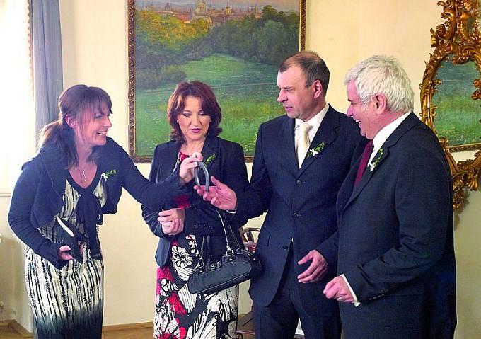 K seriálové svatbě Munzarové pogratulovali i Zlata Adamovská a Petr Štěpánek.