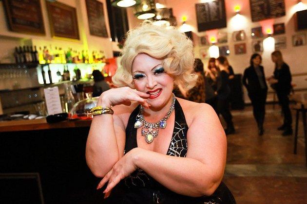 Královna burlesky Dirty Martini.