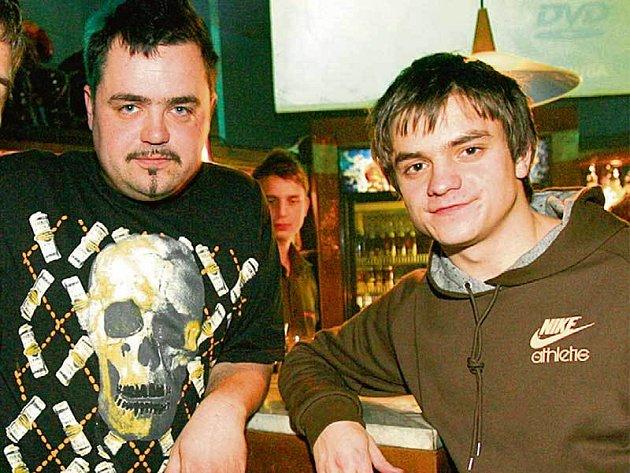 Když je Jirka Mádl ve společnosti kamarádů, nemá problém potáhnout si z ubaleného jointa. Marihuany se nebojí ani Pavel Novotný.