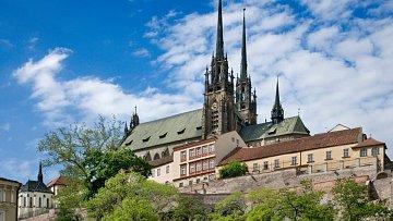 Současnou siluetu dostala katedrála Petra a Pavla před sto lety. Víte, že je zvěčněná na desetikoruně?