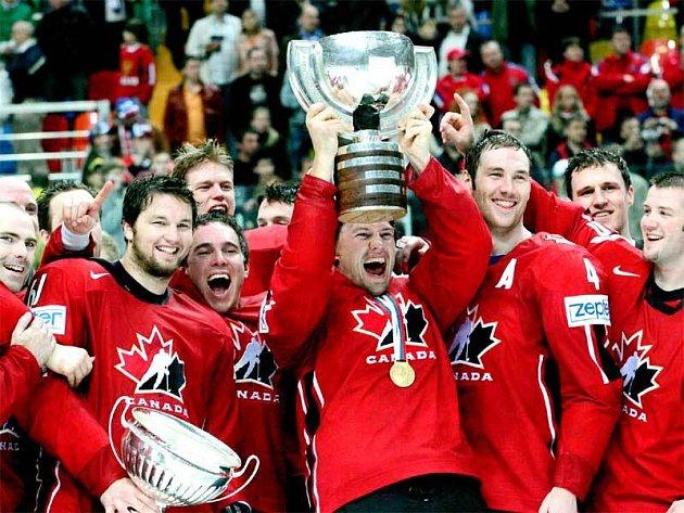 Kanadský kapitán Shane Doan obklopen spoluhráči nadšeně zvedá nad hlavu pohár pro hokejové mistry světa.