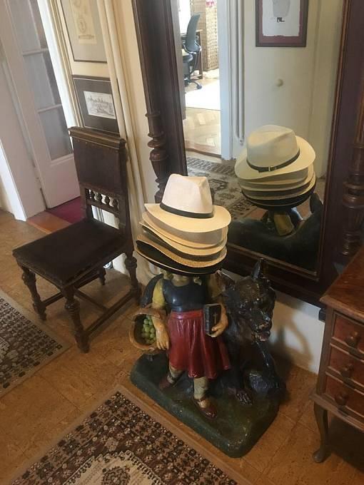 Socha Červené karkulky slouží především k odkládání klobouků.