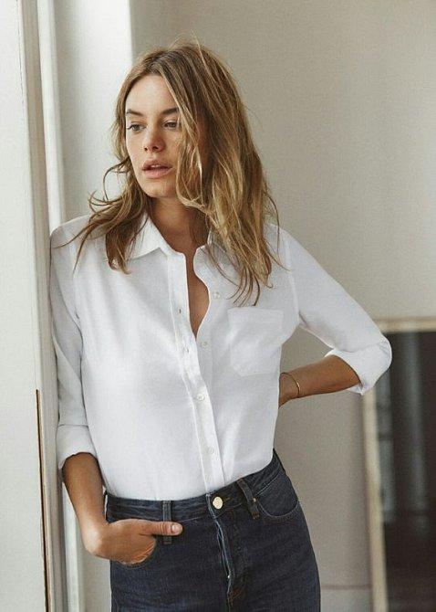 Bílá košile je klasika.