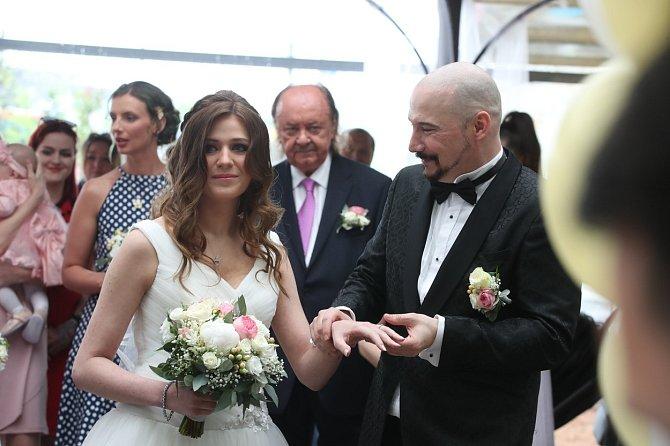 Svatbě se zpěvák dlouhé roky bránil.