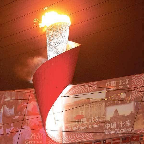 Olympijský oheň byl zapálen krátce po půlnoci pekingského času.