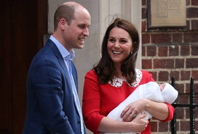 Princ Louis v náruči Kate Middleton, princ William