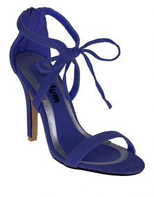 Letní sandálky na vysokém podpatku jsou skvělé na romantickou večeři v létě.
