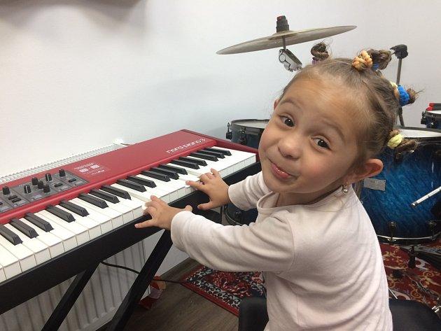 Dcera je hudebně nadaná po tatínkovi.