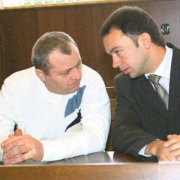 Pracovník jatek Václav Tausch (vlevo) vraždil pod vlivem alkoholu. Na snímku se radí s advokátem.