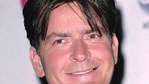 Charlie Sheen byl během natáčení seriálu nervózní a nemohl se uvolnit.