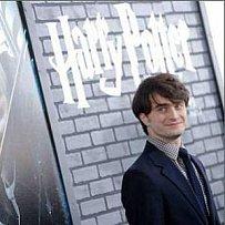 Daniel Radcliffe pózuje na premiéře předposledního snímku potterovské série.