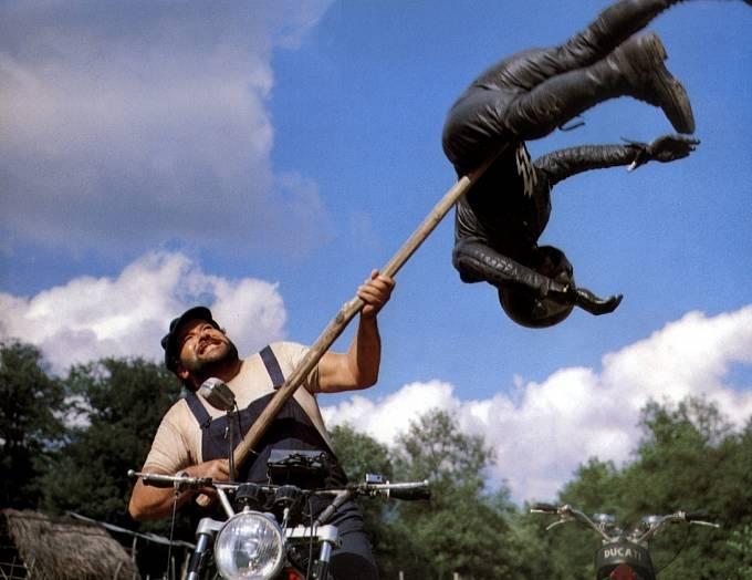 Protivníky schutí kosil také vefilmu Jestli se rozzlobíme, budeme zlí (1974).