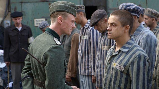 Jiří Mádl v netypické roli vězně Viliho v koncetráku Osvětim.