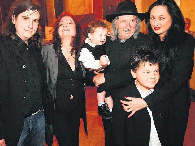 Na prvním místě je samozřejmě vždy rodina. Popřát režisérovi přišla i dcera z prvního manželství Žaneta (vpravo) s vnuky a syn Jorik (vlevo), kterého má Juraj se svou současnou ženou Deanou.