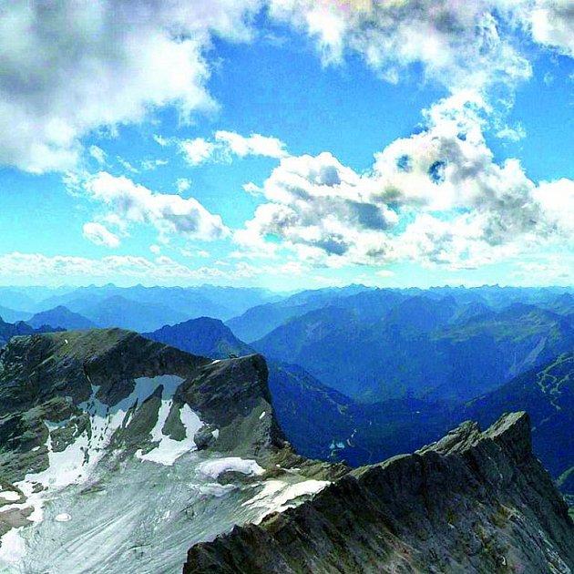 Bavorsko nabízí mnoho nezapomenutelných panoramat. Takový pohled na vrcholky Alp zažije každý, kdo vyrazí na vrchol Zugspitze.