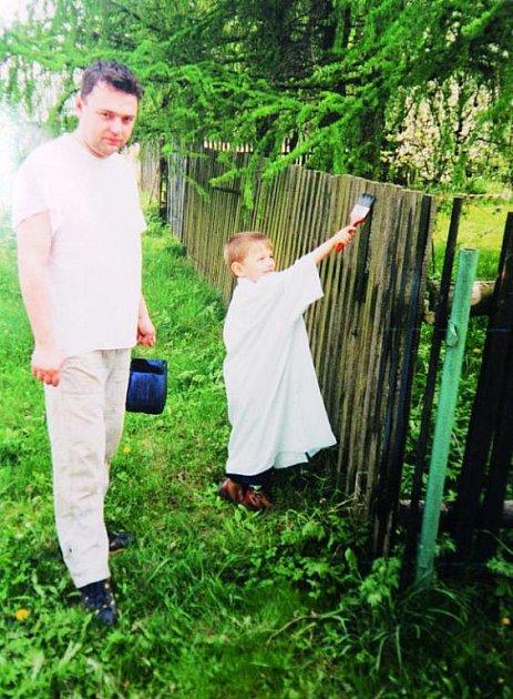 Čtyřletý Dáda statínkem natírají plot.