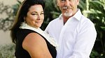 Pierce Brosnan s manželkou.