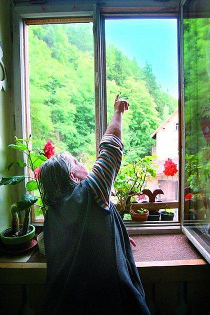 Magda Formánková se bojí, aby se ze střechy nezřítil další trám. Svou tvář se styděla ukázat.