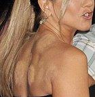 Jennifer Aniston a její make upem zakrytá záda