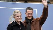 Nyní se ale objevila přímo skvělá zpráva. Podle německého časopisu Schumacher za pomoci terapeuta vstal z lůžka a udělal tři váhavé kroky. K tomu začal pohybovat paží.