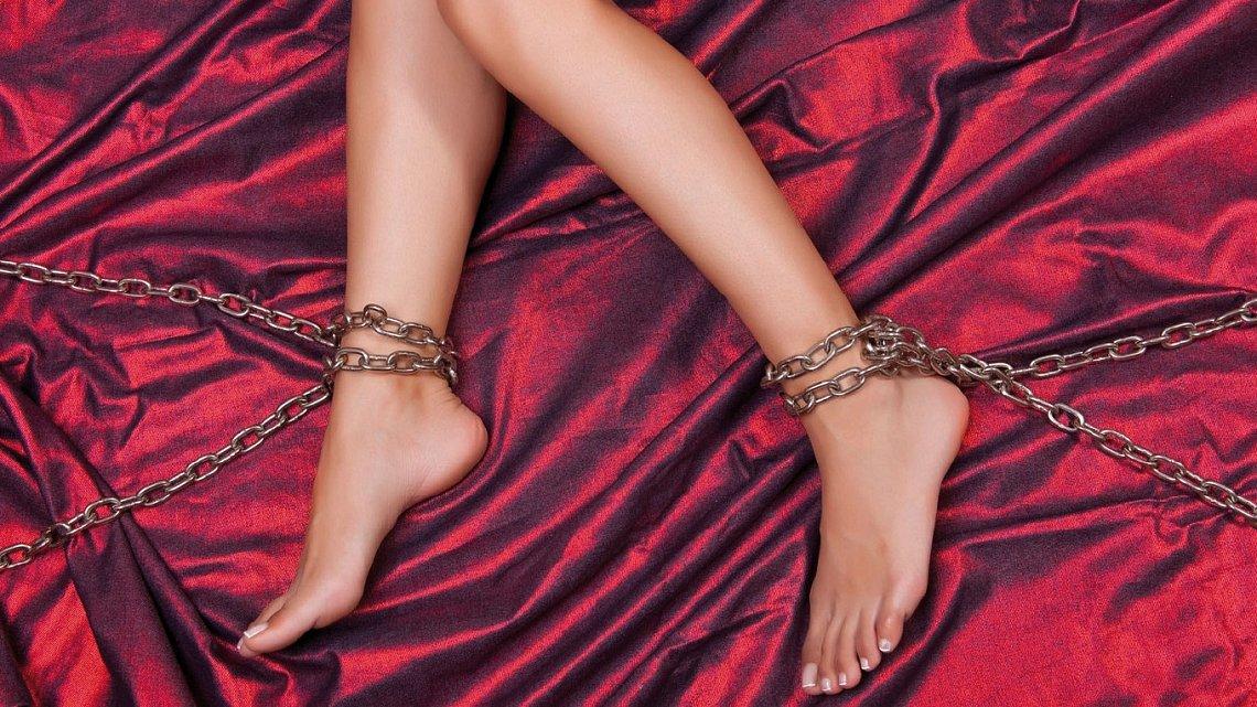 Попу руками в рабстве женских ног низкого качества