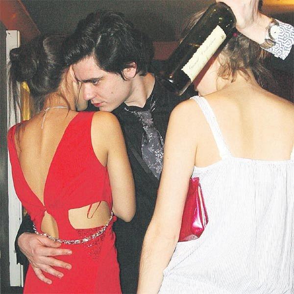 Vojta Kotek chvílemi vypadal, jako by chtěl sTerezou znovu chodit. Jeho ruka skoro skončila na jejím zadku.