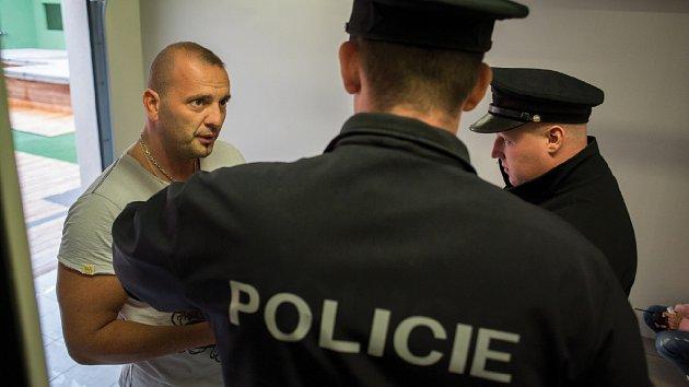 Thomas byl návštěvou policistů v uniformách zaskočen.