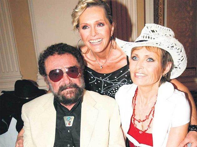 Waldemar Matuška s Helenou a Olgou po koncertě ochotně pózovali a zpěvák dokonce uspořádal malou autogramiádu.