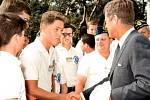 1963 - J. F. Kennedy si podává ruku s mladým Billem Clintonem při návštěvě univerzity.