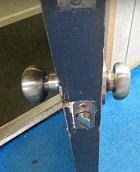 Dveře do třídy, které jasně ukazují na děti, které otevřely dveře a nechaly je bouchnout o zeď.