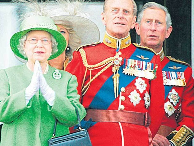 Královna Alžběta a její nejbližší. Gesto jakoby vyjadřovalo: Pane Bože, co mě ještě čeká!