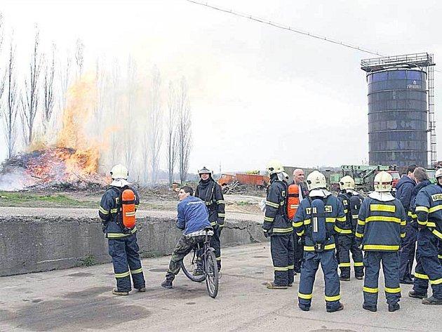 Z hořícího odpadu šlehaly až desetimetrové plameny. Hasiči je ale jenom hlídali.