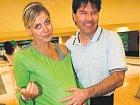 Lucie Koňaříková si s pořadatelem Tomášem Vavřincem vyzkoušela těhotenství.