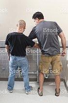 Muži si navzájem pomáhají