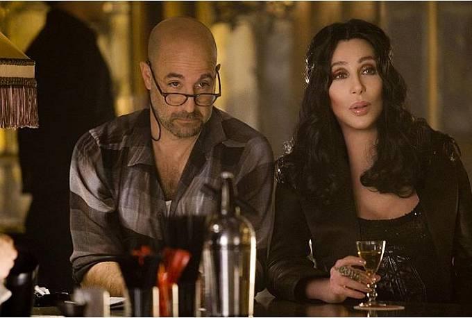 64 let: Vmuzikálu Varieté (2010) zazpívala iChristina Aguilera. Nasnímku Cher se Stanleym Tuccim.