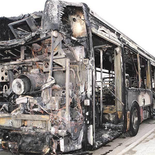 Z autobusu zbyl jen kovový skelet.