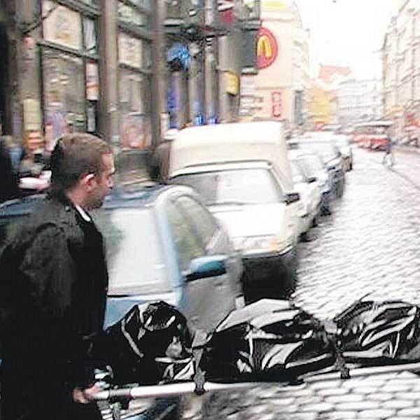 Zaměstnanci pohřební služby odvezli tělo ženy z Vodičkovy ulice k soudní pitvě.