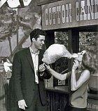 První přítel Richard Beymer ji přivedl kherectví.